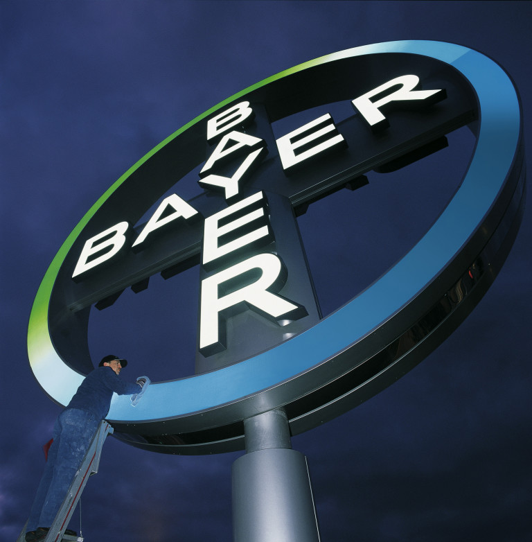 "Eines der bekanntesten Markenzeichen der Welt wird auf Hochglanz poliert - hier das Bayer-Kreuz am Köln-Bonner Flughafen.  Foto: Bayer AG Abdruck mit URHEBERVERMERK honorarfrei.    The Bayer Cross, one of the best-known trademarks in the world, is given a good clean at Cologne-Bonn airport.  Photo: Bayer AG Photo may be reproduced free of charge. Please credit ""Photo: Bayer AG"""