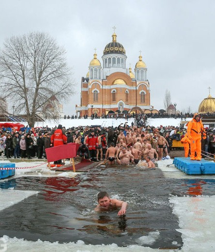 epa05730906 Orthodox believers bathe in cold water during Epiphany celebrations in Kiev, Ukraine, 19 January 2017. Some people believe that the waters have special curative properties during Epiphany celebrations that can be used to treat various illnesses. Others partake to celebrate the Epiphany holiday.  EPA/SERGEY DOLZHENKO